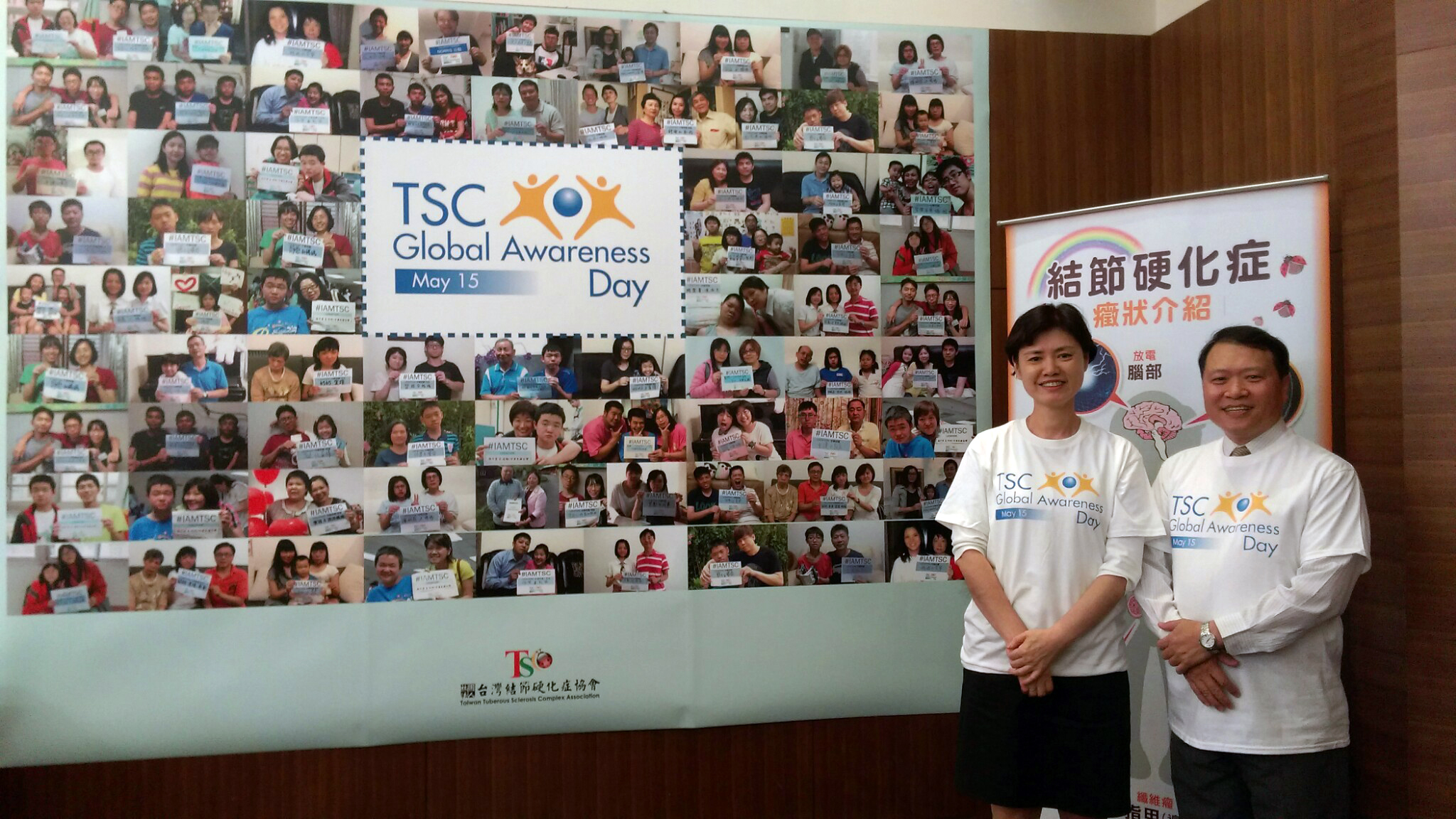 代表協會出席的新任會長魯賢龍(右)與秘書長樂玲(左),開心的站在由會員參與#IAMTSC活動相片,整整一面牆的氣勢,成了當天拍照的最佳背景。